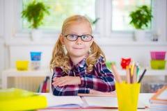 Το όμορφο κορίτσι στα γυαλιά μαθαίνει στο σχολείο Στοκ Εικόνα