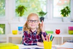 Το όμορφο κορίτσι στα γυαλιά μαθαίνει στο σχολείο Στοκ Φωτογραφίες