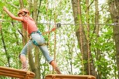 Το όμορφο κορίτσι στο πάρκο στα σχοινιά επιτυγχάνει υπαίθρια στοκ εικόνα με δικαίωμα ελεύθερης χρήσης