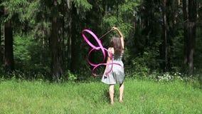 Το όμορφο κορίτσι στο φόρεμα πηγαίνει πίσω στο δάσος απόθεμα βίντεο