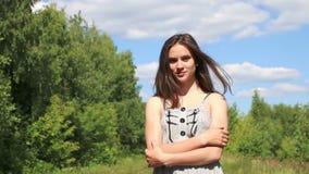Το όμορφο κορίτσι στο φόρεμα πηγαίνει στη κάμερα στο δάσος φιλμ μικρού μήκους