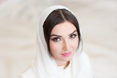 Το όμορφο κορίτσι στο hijab εξετάζει τη κάμερα στοκ φωτογραφία με δικαίωμα ελεύθερης χρήσης