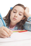 Το όμορφο κορίτσι σύρει με τα μολύβια χρώματος Στοκ εικόνα με δικαίωμα ελεύθερης χρήσης