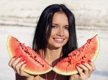 Το όμορφο κορίτσι τρώει το καρπούζι Στοκ φωτογραφία με δικαίωμα ελεύθερης χρήσης