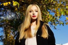 Το όμορφο κορίτσι φορά το χειμερινό μαύρο παλτό Στοκ εικόνες με δικαίωμα ελεύθερης χρήσης