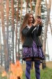 Το όμορφο κορίτσι φωτογραφίστηκε κοντά σε μια πυρκαγιά Στοκ φωτογραφίες με δικαίωμα ελεύθερης χρήσης