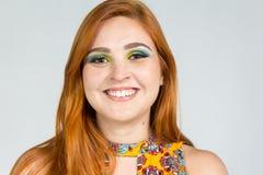 Το όμορφο κορίτσι χαμογελά ευτυχώς Headshot Κοκκινομάλλης φθορά κοριτσιών Στοκ φωτογραφία με δικαίωμα ελεύθερης χρήσης