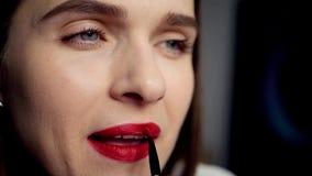 Το όμορφο κορίτσι χρωματίζει τα χείλια της με το κόκκινο κραγιόν χρησιμοποιώντας μια χειλική βούρτσα, HD, 1920x1080 απόθεμα βίντεο