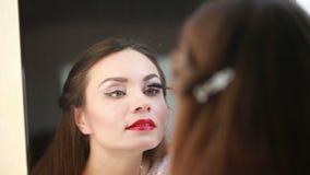 Το όμορφο κορίτσι χρωματίζει eyelashes απόθεμα βίντεο