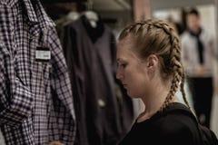 Το όμορφο κορίτσι ψωνίζει στο κατάστημα στοκ εικόνα με δικαίωμα ελεύθερης χρήσης