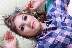 Το όμορφο κορίτσι Pinup στο ελεγμένο πουκάμισο βρίσκεται στα μαλακά μαξιλάρια Στοκ φωτογραφία με δικαίωμα ελεύθερης χρήσης
