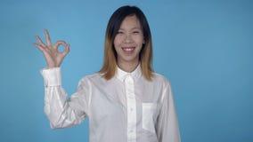 Το όμορφο κορεατικό θηλυκό παρουσιάζει έγκριση σημαδιών απόθεμα βίντεο