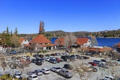 Το όμορφο κτήριο ύφους της Ευρώπης Arrowhead στη λίμνη Στοκ Εικόνες