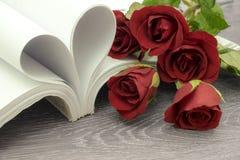 το όμορφο κόκκινο λουλ&omic Στοκ εικόνες με δικαίωμα ελεύθερης χρήσης