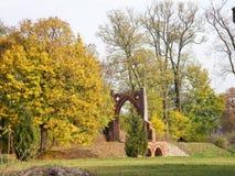 Το όμορφο μέγαρο στο parc με την παλαιά πύλη Στοκ Φωτογραφία