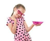 Το όμορφο μικρό κορίτσι με το πορτρέτο στούντιο σκαφών εγγράφου, έντυσε στο ροζ με τις μορφές καρδιών, άσπρο υπόβαθρο Στοκ Εικόνα