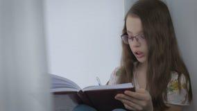 Το όμορφο μικρό κορίτσι με τα γυαλιά υπαγορεύεται και έγραψε στο ημερολόγιο φιλμ μικρού μήκους