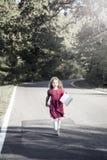 Το όμορφο μικρό κορίτσι περπατά κάτω από την οδό Στοκ φωτογραφίες με δικαίωμα ελεύθερης χρήσης
