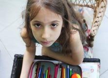 Το όμορφο μικρό κορίτσι σύρει κάτι Στοκ Εικόνες