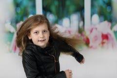Το όμορφο μικρό κορίτσι τρέχει προς τα εμπρός στοκ εικόνα με δικαίωμα ελεύθερης χρήσης
