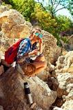 Το όμορφο μικτό συναγωνισμένο πρότυπο με τον ορειβάτη tatoo χαμογελά στο υπόβαθρο της όμορφης φύσης Στοκ Φωτογραφίες