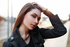 Το όμορφο μοντέρνο κορίτσι ισιώνει την τρίχα της Στοκ Εικόνες