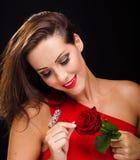 Το όμορφο, μοντέρνο χαμόγελο γυναικών αυξήθηκε Στοκ εικόνα με δικαίωμα ελεύθερης χρήσης