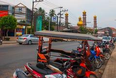 Το όμορφο μουσουλμανικό τέμενος Τις μοτοσικλέτες σταθμεύουν στην οδό Krabi, AO Nang, Ταϊλάνδη Στοκ φωτογραφίες με δικαίωμα ελεύθερης χρήσης