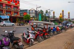Το όμορφο μουσουλμανικό τέμενος Τις μοτοσικλέτες σταθμεύουν στην οδό Krabi, AO Nang, Ταϊλάνδη Στοκ εικόνες με δικαίωμα ελεύθερης χρήσης