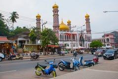 Το όμορφο μουσουλμανικό τέμενος Τις μοτοσικλέτες σταθμεύουν στην οδό Krabi, AO Nang, Ταϊλάνδη Στοκ εικόνα με δικαίωμα ελεύθερης χρήσης