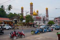 Το όμορφο μουσουλμανικό τέμενος Τις μοτοσικλέτες σταθμεύουν στην οδό Krabi, AO Nang, Ταϊλάνδη Στοκ φωτογραφία με δικαίωμα ελεύθερης χρήσης