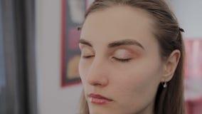 Το όμορφο νέο κορίτσι αναμένει την έναρξη του makeup απόθεμα βίντεο