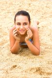 Το όμορφο νέο κορίτσι εφήβων απολαμβάνει την παραλία θερινής θάλασσας στοκ φωτογραφία