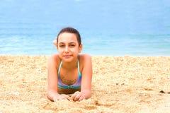 Το όμορφο νέο κορίτσι εφήβων απολαμβάνει την παραλία θερινής θάλασσας στοκ εικόνα