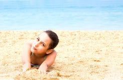 Το όμορφο νέο κορίτσι εφήβων απολαμβάνει την παραλία θερινής θάλασσας στοκ εικόνες