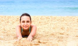 Το όμορφο νέο κορίτσι εφήβων απολαμβάνει την παραλία θερινής θάλασσας στοκ φωτογραφία με δικαίωμα ελεύθερης χρήσης