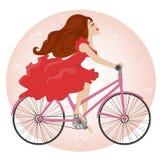 Το όμορφο νέο κορίτσι οδηγά ένα ποδήλατο Στοκ Φωτογραφία