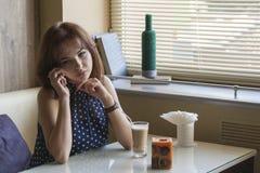 Το όμορφο νέο κορίτσι πίνει τον καφέ Στοκ φωτογραφία με δικαίωμα ελεύθερης χρήσης