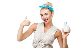 Το όμορφο νέο κορίτσι παρουσιάζει το καλό αντικείμενο Στοκ Φωτογραφίες