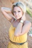 Το όμορφο νέο κορίτσι σε ένα χρυσό φόρεμα Στοκ Φωτογραφίες