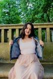 Το όμορφο νέο κορίτσι τραβά κατά μέρος το σακάκι της στοκ εικόνες