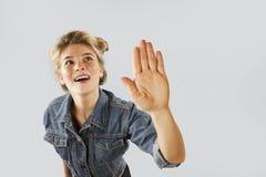 Το όμορφο νέο κορίτσι emrtional παρουσιάζει με τα χέρια σημάδι στάσεων σε ένα απομονωμένο υπόβαθρο Το κορίτσι λέει τη στάση στοκ φωτογραφία με δικαίωμα ελεύθερης χρήσης