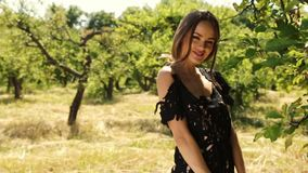 Το όμορφο νέο προκλητικό γυναικών μακρυμάλλες φωτεινό makeup φύσης υποβάθρου θερινό πρότυπο χλόης ακίδων τοπίων ξηρό και κήπων δέ απόθεμα βίντεο