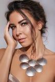 Το όμορφο νέο προκλητικό brunette με την όμορφη φυσική ομορφιά σύνθεσης έντυσε στο μοντέρνο μοντέρνο φόρεμα βραδιού για το prom ή Στοκ φωτογραφίες με δικαίωμα ελεύθερης χρήσης