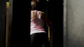 Το όμορφο νέο πρότυπο ικανότητας γυναικών εκπαιδεύει τα πόδια και glutes στη γυμναστική απόθεμα βίντεο