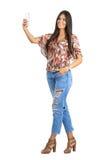Το όμορφο νέο brunette που μιλά selfie με το κινητό τηλέφωνο με παραδίδει την τσέπη Στοκ εικόνα με δικαίωμα ελεύθερης χρήσης