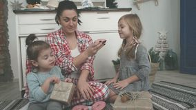 Το όμορφο νέο mom και η χαριτωμένη μικρή κόρη της παίζουν με τους κόπτες μπισκότων και χαμογελούν ψήνοντας στην κουζίνα φιλμ μικρού μήκους