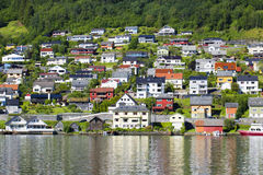 Το όμορφο νορβηγικό χωριό στη λίμνη Hardanger Fiord Στοκ Εικόνες