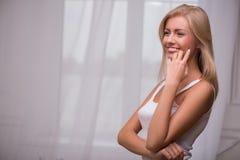 Το όμορφο ξανθό κορίτσι εκφράζει τις διαφορετικές συγκινήσεις στοκ φωτογραφία με δικαίωμα ελεύθερης χρήσης