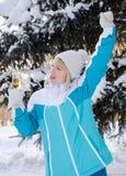 Το όμορφο ξανθό κορίτσι με ένα ποτήρι της σαμπάνιας τραγουδά και χορεύει Στοκ φωτογραφίες με δικαίωμα ελεύθερης χρήσης